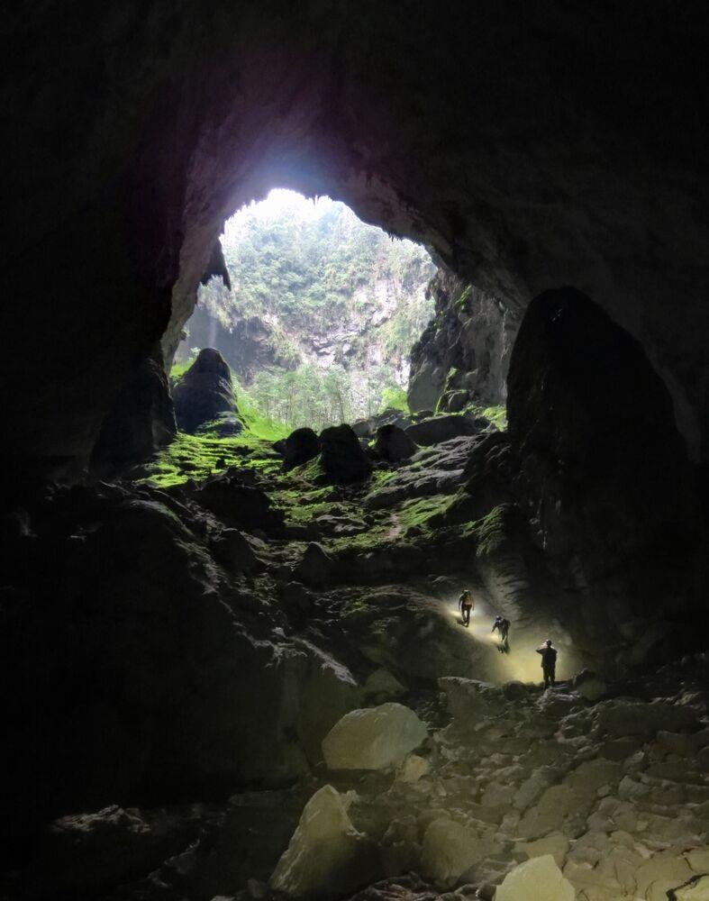 Soon Dong Mağarası, Vietnam'ın başkenti Hanoi'nin 450 km güneyindeki Quang Binh'deki milli parkın içinde bulunan devasa bir mağara. Hatta öylesine büyük ki, kendine ait bir yağmur ormanı, büyük bir nehri ve küçük dağları var. Böylelikle bulunduğu coğrafya içinde bambaşka bir ekosisteme ve iklime ev sahipliği yapıyor. İlk defa 1991'de  keşfedildiğinde; 2,5 milyon yılda oluşmuş bu mağaraya rüzgar uğultusunun yarattığı ses yüzünden, yerliler girmeye cesaret edememişler. 2009'da açıklandığına göre, dünyanın en büyük mağara geçidi burada bulunuyor (38.4×106 metreküp).