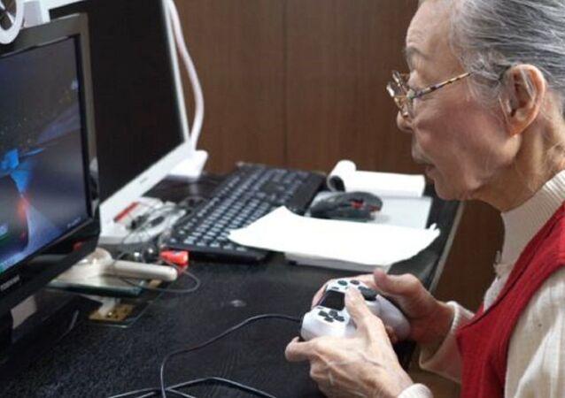 39 yıldır bilgisayar oyunu oynayan 90 yaşındaki Hamako Mori, en yaşlı bilgisayar oyuncusu ünvanını alarak, Guinness Rekorlar Kitabı'na girdi. Bir YouTube hesabı da olan Mori, burada 250 bin takipçisine paylaşımlarda bulunmayı da ihmal etmiyor.