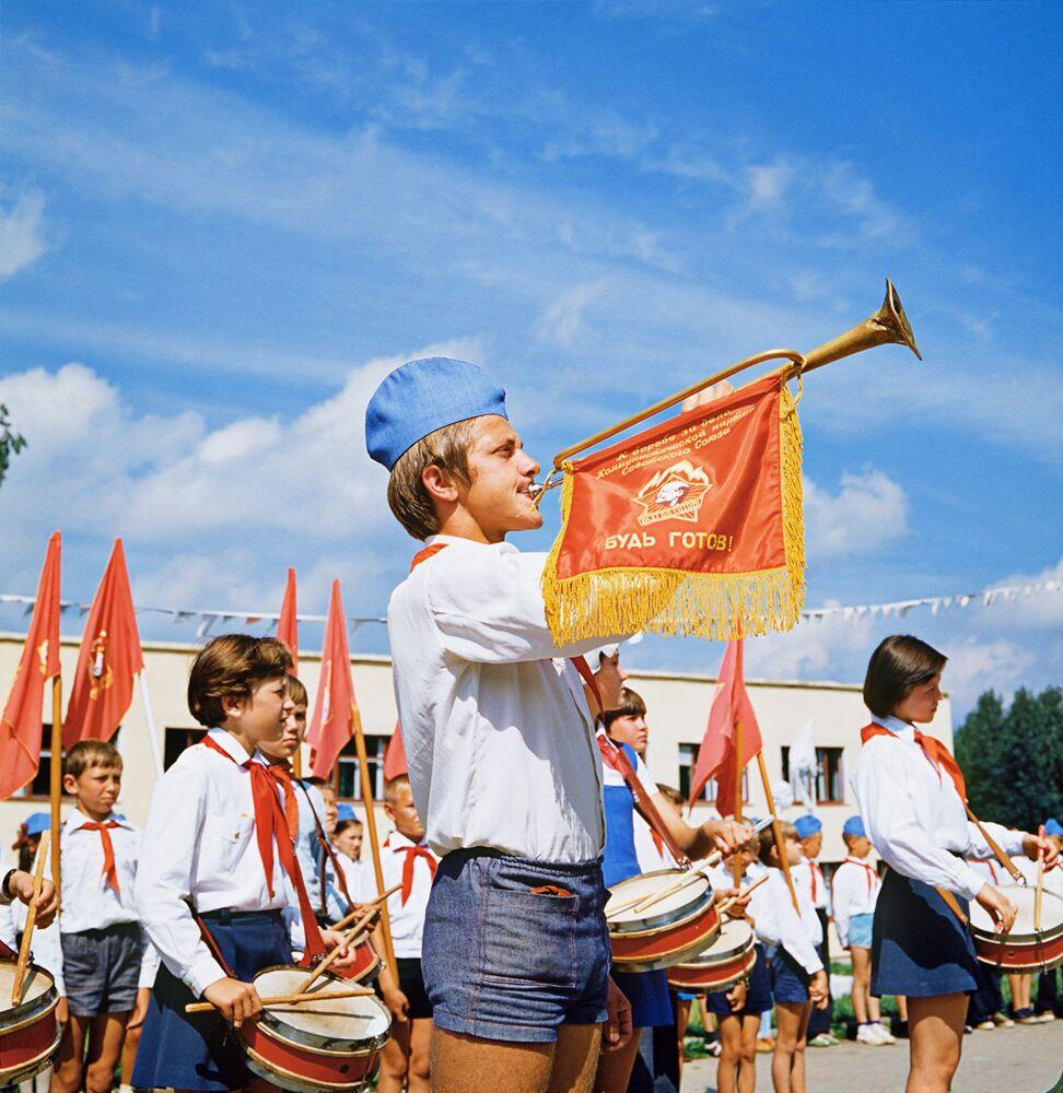 1962 yılından sonra Piyoner ambleminde Lenin'in profilinin olması kararlaştırıldı.  1970 yılında  Piyoner Teşkilatı'nda 118 bin Piyoner birliği'ne bağlı 23 milyon üye bulunuyordu.