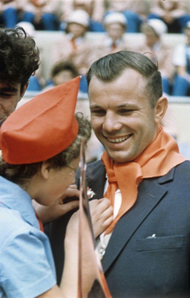Dünyada ilk uzay yolculuğunu yapan Sovyet kozmonotu Yuriy Gagarin, Artek Piyoner Kampı'nda piyonerlerle görüşürken, 1963