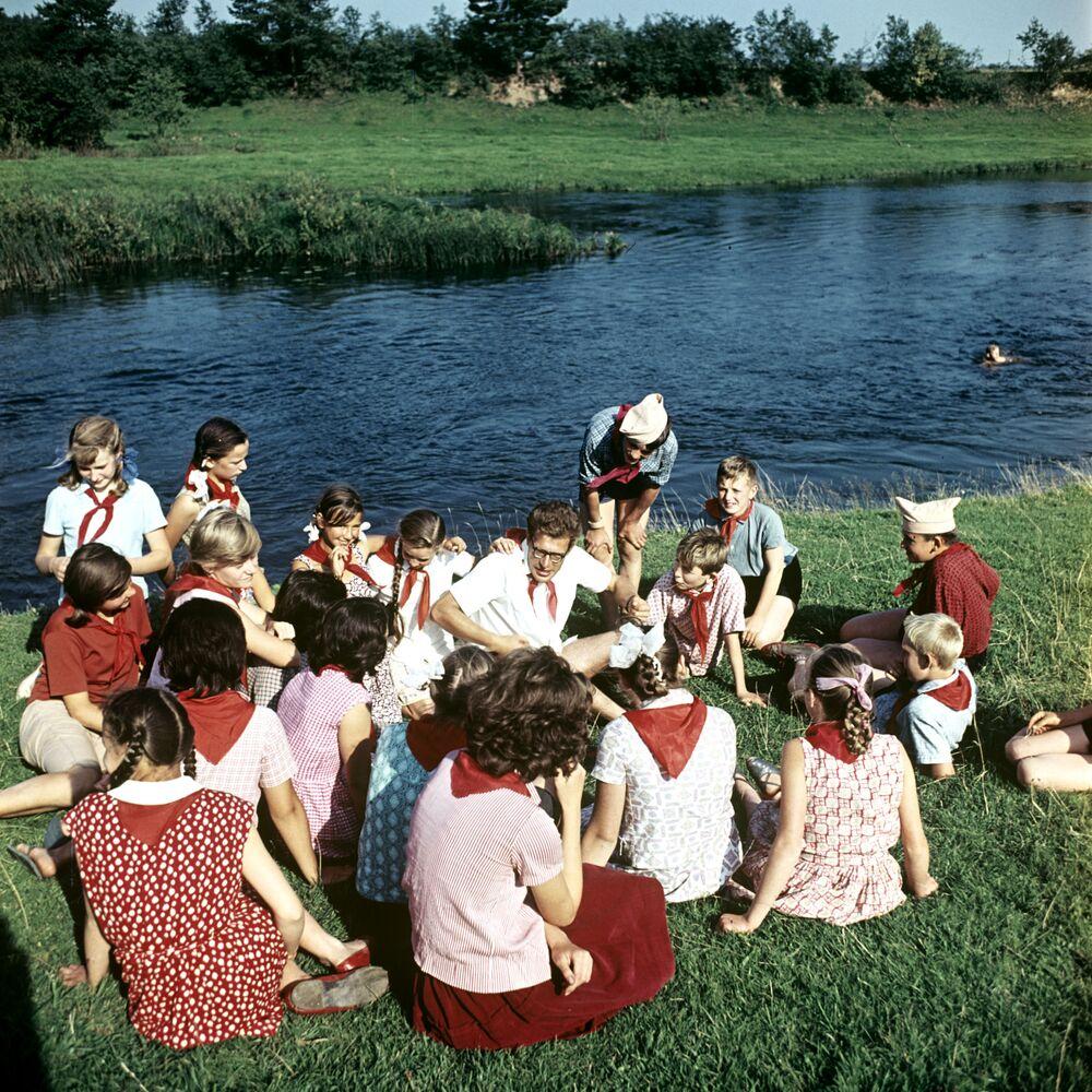 Piyonerler, yaz tatillerinde izci kampları kurarak doğal hayatta yaşamayı öğrenirlerdi. Fotoğrafta: Genç Denizci yaz kampında tatilini geçiren piyonerler, 1966