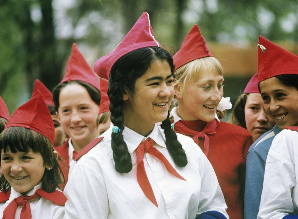 1922 yılında ülkenin pek çok kenti,  kasabası ve köyünde bir dizi piyoner grupları oluşturuldu.  Fotoğrafta: Özbek Sovyet Sosyalist Cumhuriyeti'nin Semerkant kentinin piyonerleri, 1969