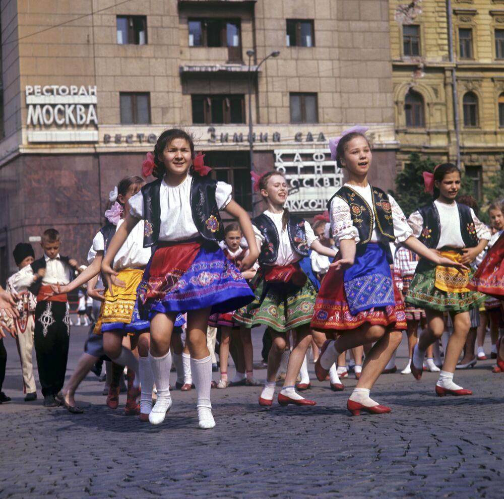 Piyoner Birliği'nin kuruluş yıldönümü olan 19 Mayıs'ta Kızıl Meydan'da düzenlenen etkinliğe halk dansları gösterisiyle katılan piyonerler, 1967