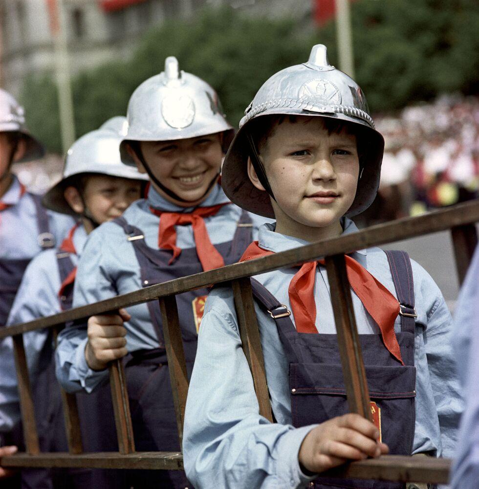 Piyonerler Birliği'nin kuruluşunun 45. yıldönümü nedeniyle başkent Moskova'daki Kızıl Meydan'da düzenlenen geçit törenine katılan genç itfaiyeci piyoner üyeleri, 1967