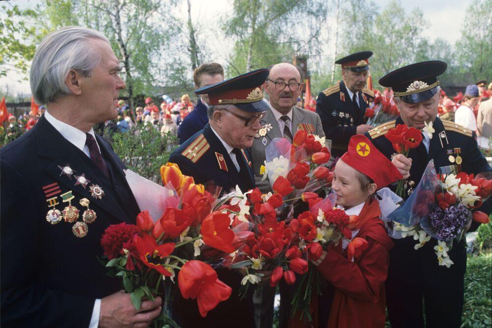 Piyonerler, kolhozlarda çalışarak, okullardaki eğitim çalışmalarına yardımda bulunarak, Sovyet ordusuna destek amacıyla çeşitli etkinlikler düzenleyerek komünist bir düzenin kurulmasına hizmet ettiler  Fotoğrafta: Piyonerler, Büyük Vatanseverlik Savaşı gazilerini Zafer Bayramı dolayısıyla tebrik ediyor, 1989