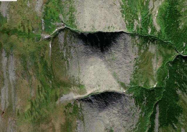 """Yekaterinburg Online portalında yer alan habere göre, """"Vahşi Kuzey"""" ekspedisyon kulübü üyeleri, Rusya'nın Ural bölgesinde Mısır piramidi Keops'u andıran bir dağ keşfetti."""