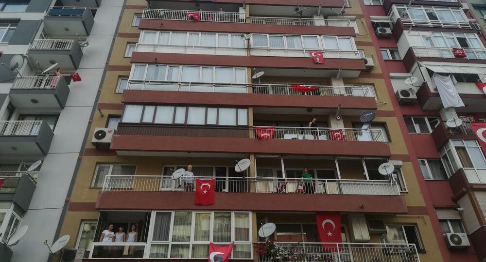 Türkiye, 19 Mayıs Atatürk'ü Anma, Gençlik ve Spor Bayramı'nı balkonlardan İstiklal Marşı söyleyerek kutladı.
