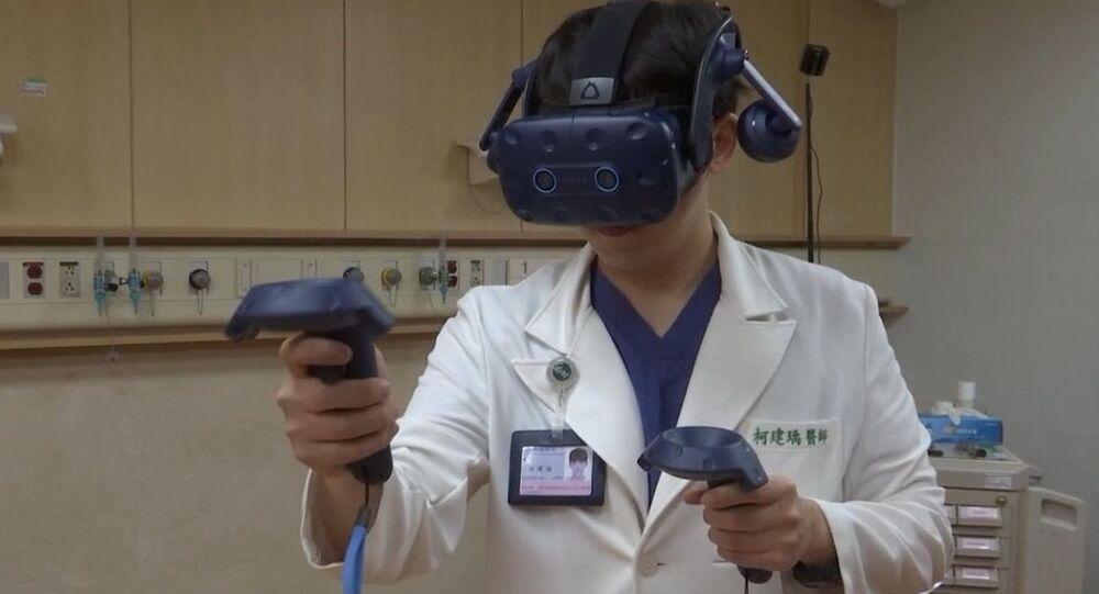 Doktorlara Kovid-19 tedavisini sanal gerçeklik ortamında öğretiyorlar