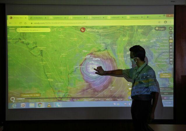 Bengal Körfezi'nde oluşarakHindistan ve Bangladeş'e doğru hızla ilerleyen Amphan fırtınası nedeniyle bölgedeki halktahliye ediliyor.
