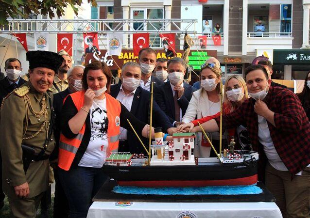 Samsun'da, 19 Mayıs Atatürk'ü Anma Gençlik ve Spor Bayramı kapsamında Benim doğum günüm Samsun'a çıktığım gündür diyen Gazi Mustafa Kemal Atatürk için doğum günü pastası kesildi.