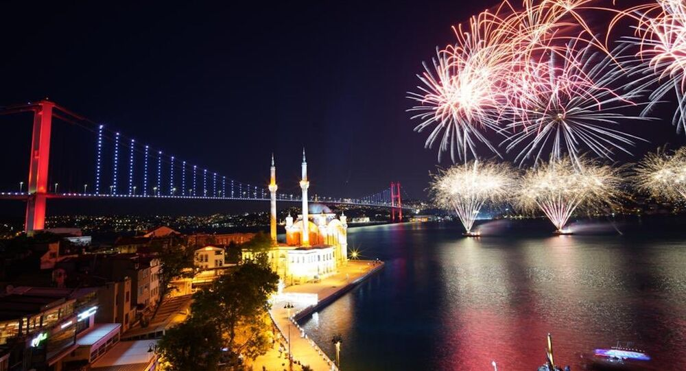 19 Mayıs Atatürk'ü Anma, Gençlik ve Spor Bayramı nedeniyle İstanbul Boğazı'nda havai fişek ve ışık gösterisi yapıldı.