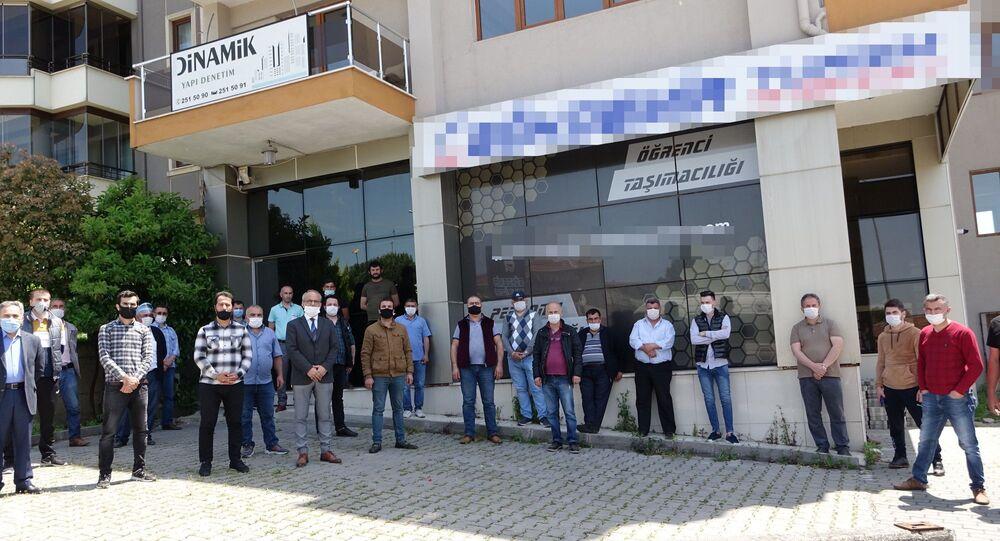 Bursa'da daire ve nakit para alıp senet imzalatarak piyasayı yaklaşık 6 milyon lira dolandırdığı öne sürülen turizmcinin yakalanması için mağdurlar seferberlik başlattı.