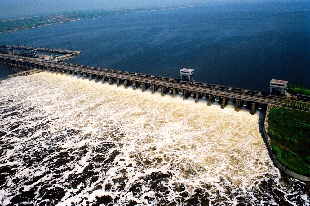 Nehrin akıntısı güç kaynağı olarak kullanılıyor. Fotoğrafta: Avrupa'nın en büyük hidroelektrik santrali olsn Volga Hidroelektrik Santrali