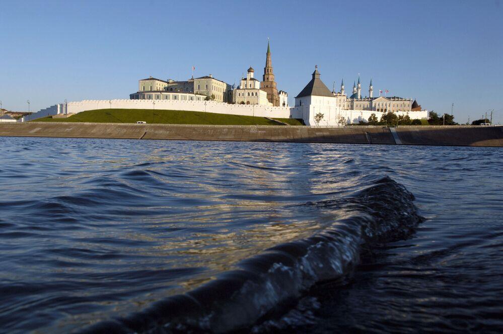 Volga, kentsel bölgelere ve Avrupa Rusya'sının ekili alanlarına bol su temin eden bir nehir.  Fotoğrafta: Volga Nehri'nden Tataristan'daki Kazan Kremlini manzarası