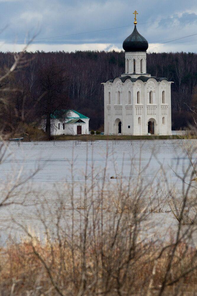 Volga Nehri, birçok Rus ressam ve yazarına ilham kaynağı oldu. Fotoğrafta: Vladimir Bölgesi'nde Volga kıyısında  yer alan Pokrova na Nerli Katedrali