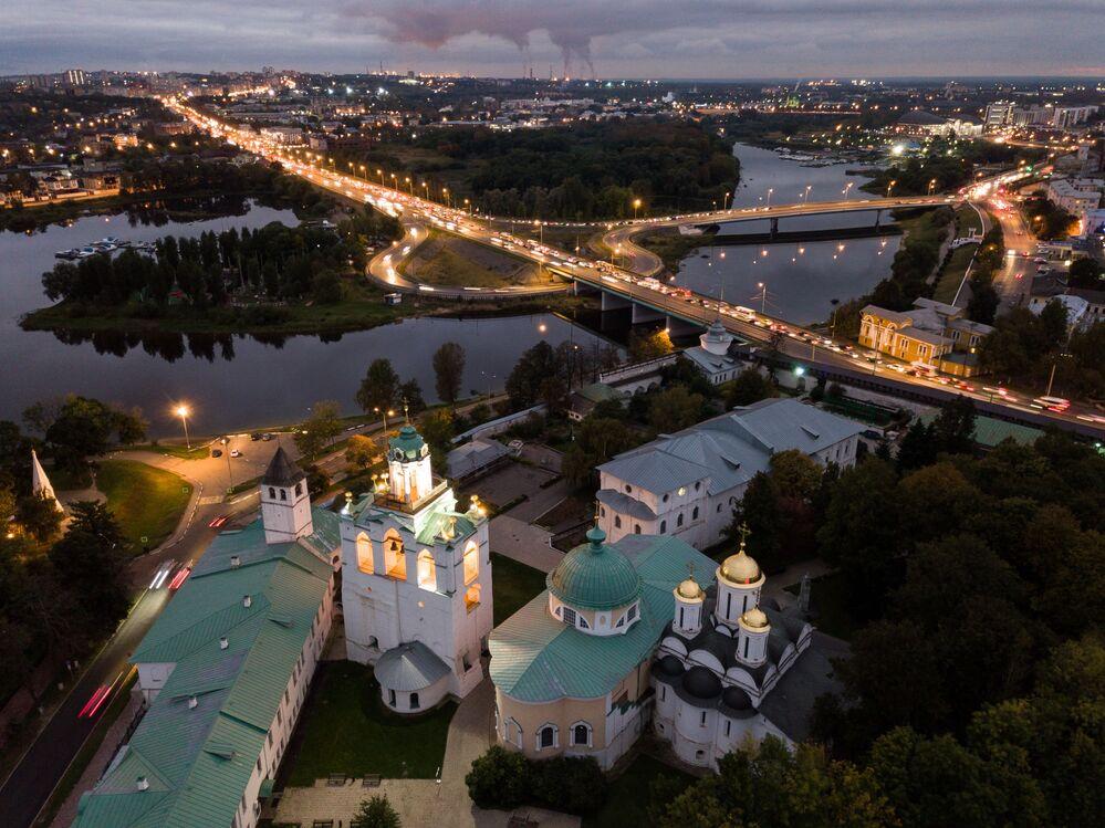 Rusya'nın en ilginç yerlerinden biri Yaroslavl kenti, Volga kıyısında bulunmaktadır. Kentin tarihi merkezi, UNESCO'nun ''Dünya Kültür Mirası'' listesinde yer alıyor. Kentte 785 kültürel ve tarihi eser bulunmaktadır. Fotoğrafta: Yaroslavl kentinin kuşbakışı manzarası
