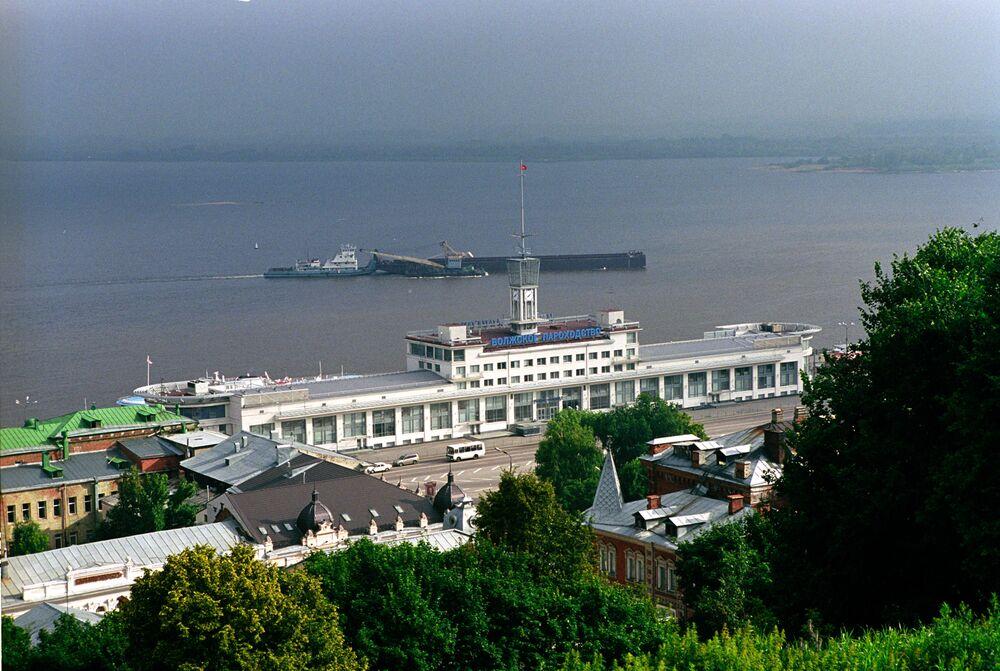 Volga Nehri boyunca birçok yerleşim  yeri var. Kıyısında 1400'den fazla marina ve sanayi limanı yayıldı.  Nehrin ana işlevi ekonomik rolüdür. İnsanların geçim kaynaklarını iyileştiren endüstriyel malzemeler, gıda maddeleri ve diğer gerekli yükler nehir boyunca taşınır.