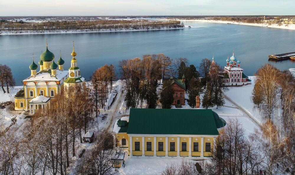 Volga kıyısında bulunan en eski Rus şehirlerinden 8'ini içeren ünlü bir turist rotası Rusya'nın Altın Yüzüğü'nün bir parçası Uglich'in kış manzarası