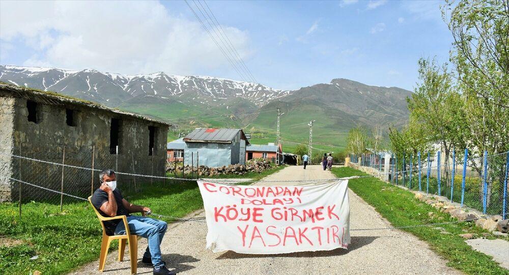 Giriş çıkış yapmak isteyenlerin ateşini ölçüp uyarılarda bulunan Gedik, yabancıların köye girişine ise müsaade etmiyor.