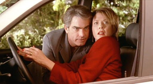 'American Beauty' (Amerikan Güzeli) filminde Annette Bening ile Peter Gallagher'ın canlandırdığı karakterlerin ilişki üzerindeyken yakalanma sahnesi