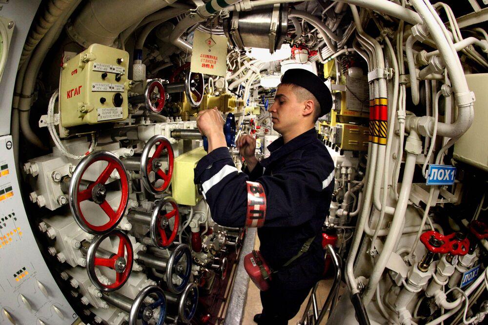 Pasifik Filosu'na ait olan Ust Kamçatsk adlı dizel denizaltıda görev yapan asker tatbikat sırasında.