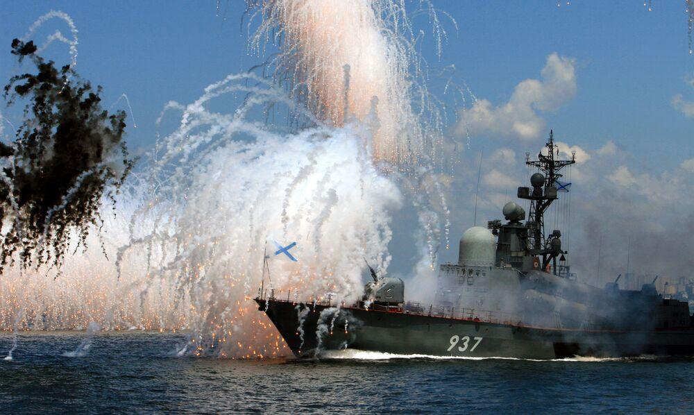 Pasifik Filosu'nun ana üssü olan Vladivostok kentinde düzenlenen askeri geçit töreni provasından bir kare