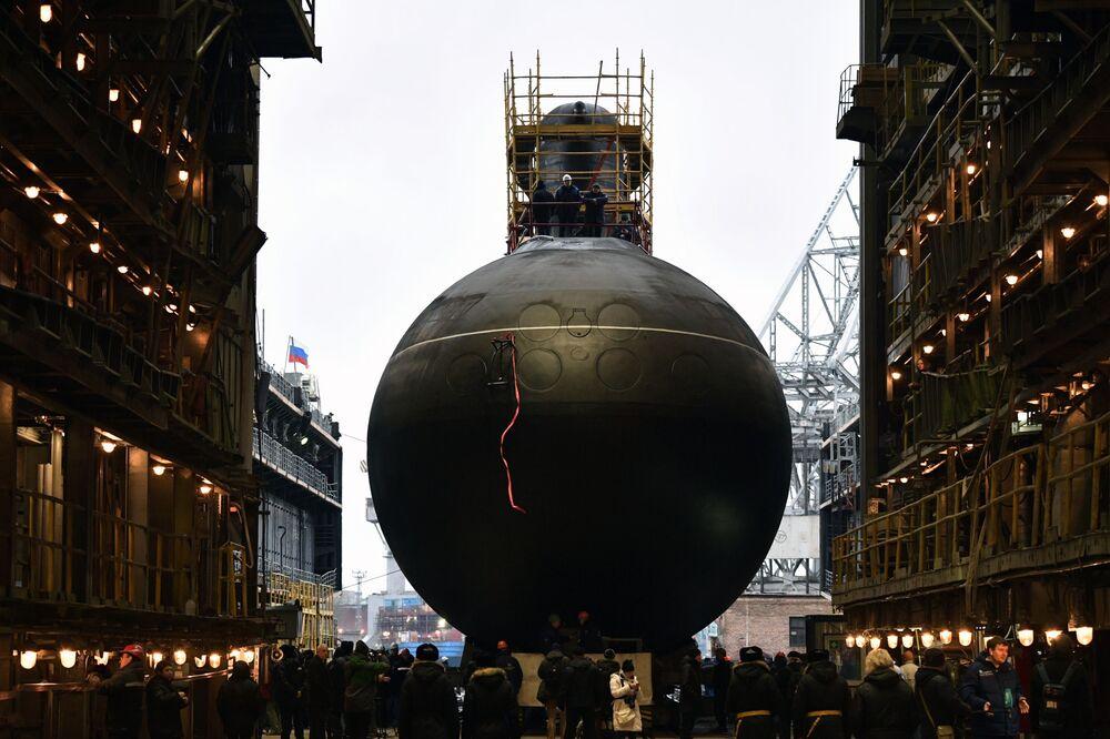 Pasifik Filosu'nun envanterine girecek olan  Proje 636.3 Varşavyanka tipi  Volhov adlı dizel elektrikli denizaltının suya indirme töreni