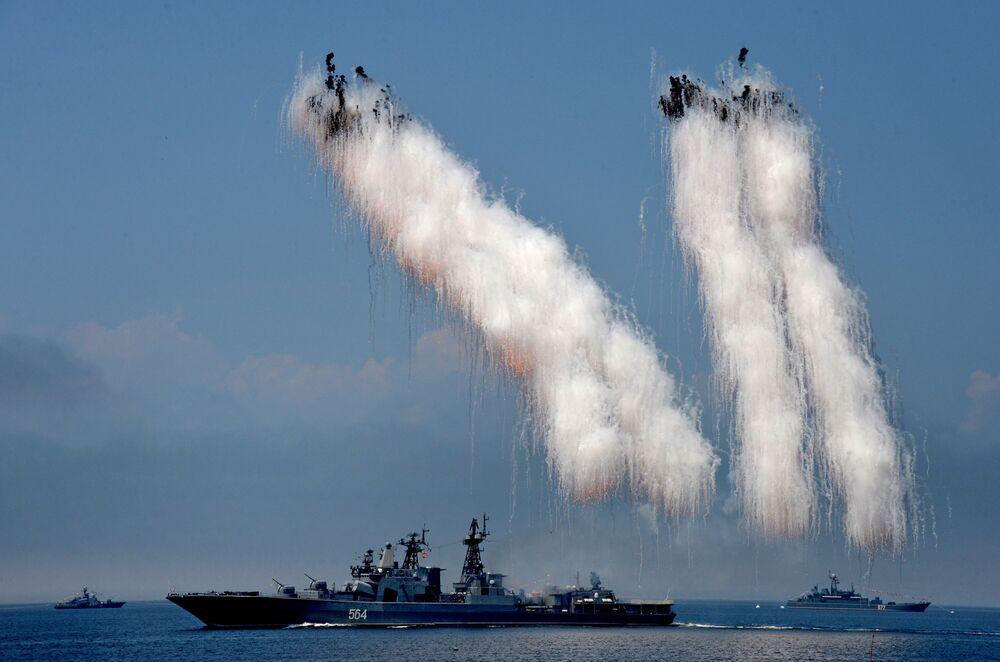 Pasifik Filosu'na bağlı Amiral Tributs adlı büyük anti denizaltı gemi, filo karargahının bulunduğu Vladivostok kentinde Rusya Deniz Kuvvetleri Günü nedeniyle yapılan askeri  donanma geçidi  provası sırasında