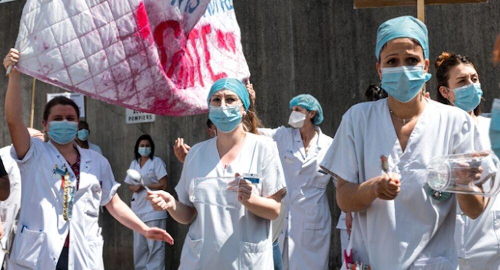 Paris'te sağlık çalışanlarından protesto gösterisi