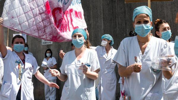 Paris'te sağlık çalışanlarından protesto gösterisi - Sputnik Türkiye