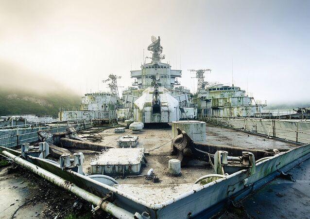 2011 yılının başında içerisinde Fransız gemilerinin olduğu bir gemi mezarlığının olduğunu öğrenen Bob Thissen, 2016 yılına kadar pek çok kez gemi yıkıntılarını ziyaret etti