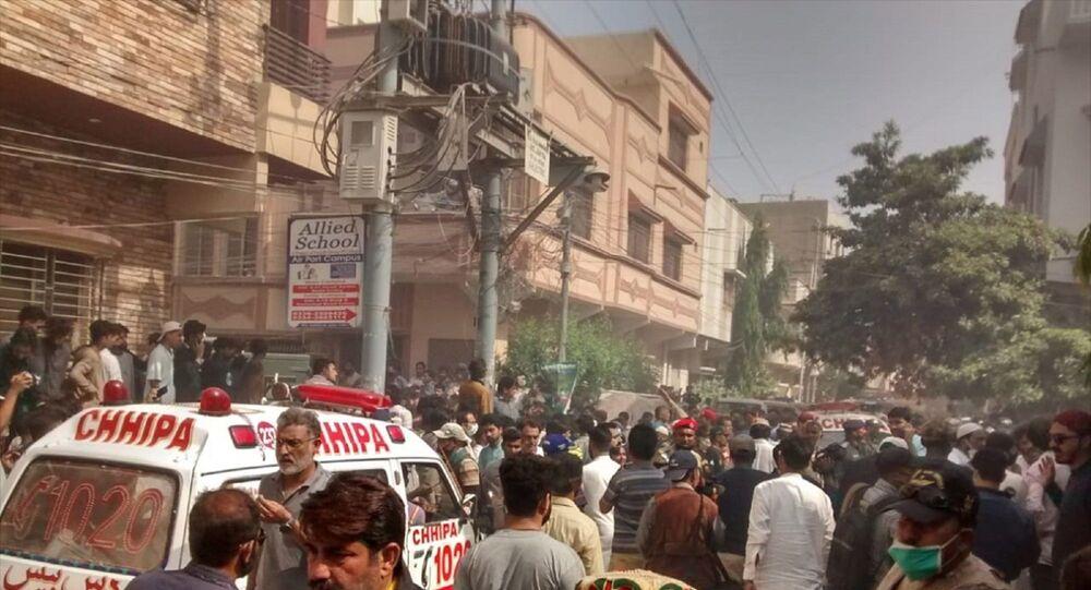 Pakistan Uluslararası Havayolları'na (PIA) ait Lahor-Karaçi seferini yapan bir yolcu uçağının Karaçi Havalimanı yakınlarında bir yerleşim alanına düştüğü bildirildi. Olay yerine çok sayıda ambulans sevk edildi.