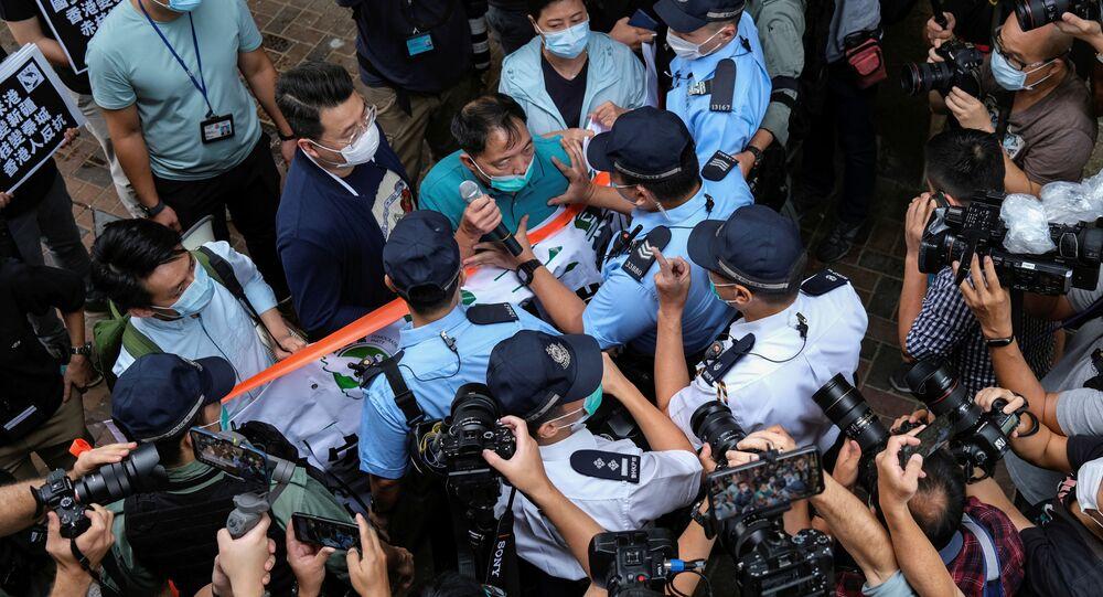 Hong Kong'da Çin İrtibat Ofisi önünde protesto düzenleyenler arasında bulunan demokrasi yanlısı vekil Wu Chi-wai, polisle arbede halindeyken