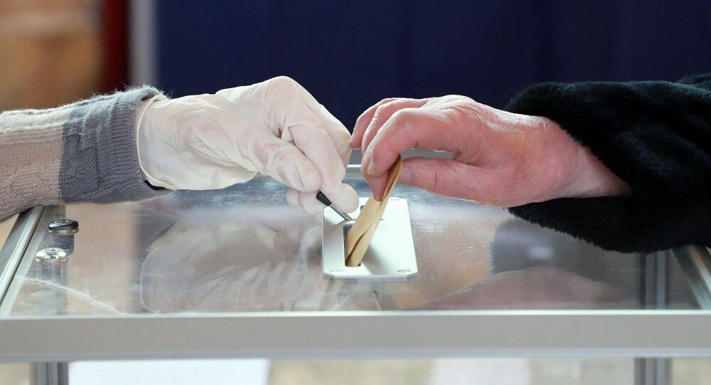 Fransa - seçim - eldiven - koronavirüs zamanında seçimler