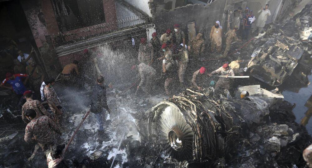 Pakistan Uluslararası Havayollarının (PIA) PK 8303 sefer sayılı Lahor-Karaçi uçuşunu yapan yolcu uçağı, Karaçi Havalimanı yakınlarında bir yerleşim alanına düştü.