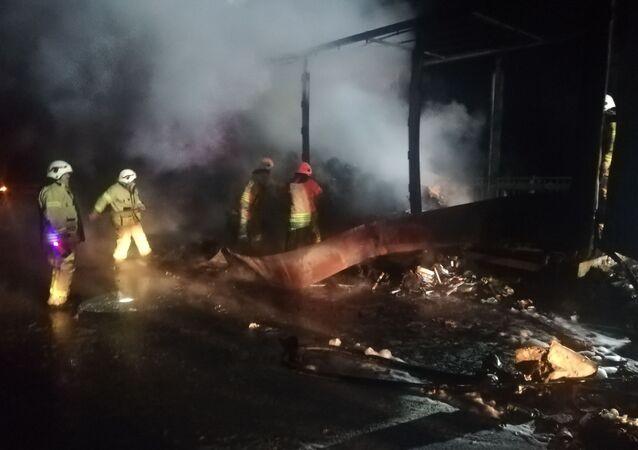 Kuzey Marmara Otoyolu Riva Tüneli girişinde içinde medikal maske ve eldivenlerinde olduğu tırın dorsesi alev alev yandı. Ekiplerin 1 saatlik çalışması sonucu yangın söndürüldü.