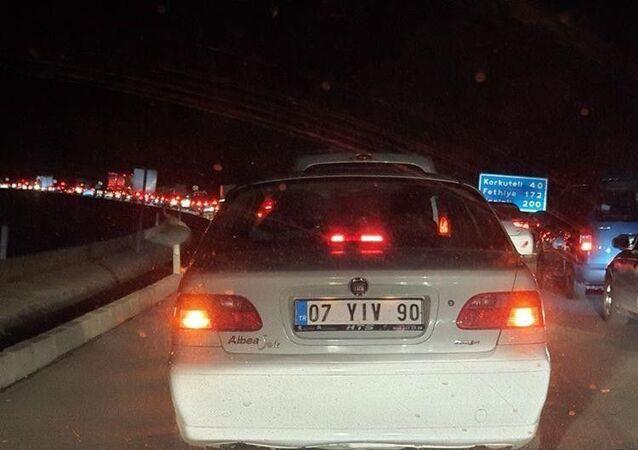 Antalya'da bayramı ilçelerde geçirmek isteyen vatandaşlar, 4 günlük yasağa saatler kala trafiğe çıkınca kilometrelerce kuyruk oluştu. Trafikte zor ilerleyen sürücüler yasak saatini yollarda geçirdi.