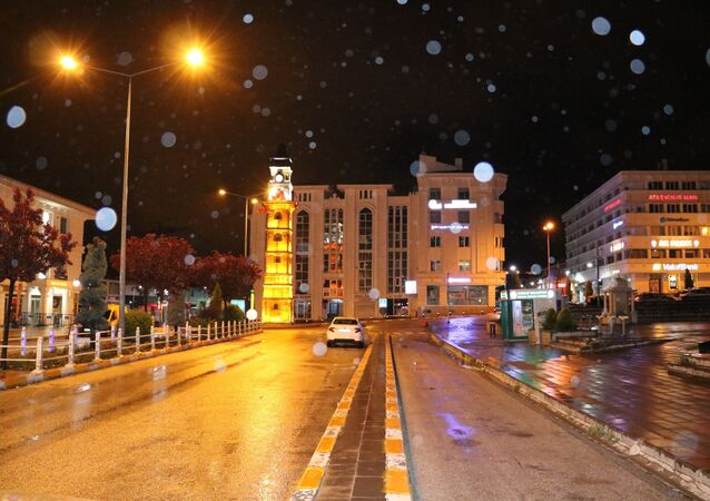 Yozgat'ta akşam saatlerinde başlayan yağmur yerini yüksek kesimlerde kar yağışına bıraktı.