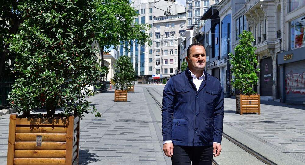 """Çalışmaları yerinde inceleyen Beyoğlu Belediye Başkanı Haydar Ali Yıldız, """"Pandemi sonrası için yemyeşil bir İstiklal hazırlıyoruz"""" dedi."""