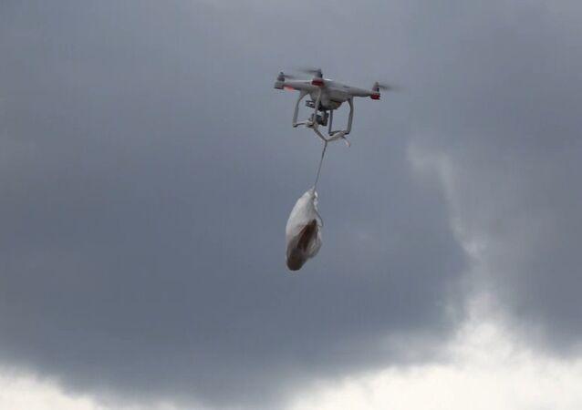 Kırıkkale'de sokağa çıkma kısıtlamasında bir vatandaş, bakkaldan ekmeğini drone ile aldı.