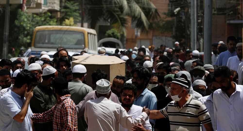 Pakistan'da inişe geçtiği sırada yerleşim yerlerinin üzerine düşen uçakta hayatını kaybedenler için cenaze töreni düzenlendi.