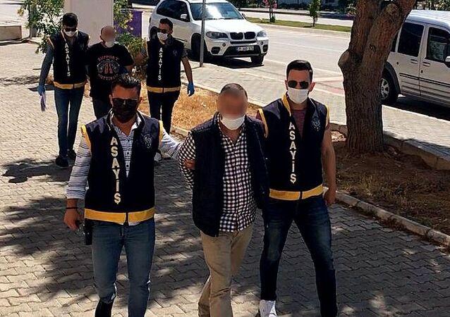 İzmir'in Çeşme ilçesinde çıkan kavgaya müdahale eden polis ekipleri bir kişiyi gözaltına alırken, diğerini de saklandığı binadaki havalandırma boşluğundan kaçarken yakaladı. Şüphelerin cezaevi firarisi olduğu ortaya çıktı.
