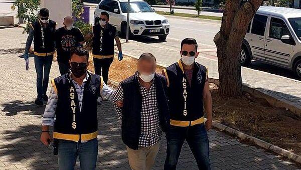 İzmir'in Çeşme ilçesinde çıkan kavgaya müdahale eden polis ekipleri bir kişiyi gözaltına alırken, diğerini de saklandığı binadaki havalandırma boşluğundan kaçarken yakaladı. Şüphelerin cezaevi firarisi olduğu ortaya çıktı. - Sputnik Türkiye