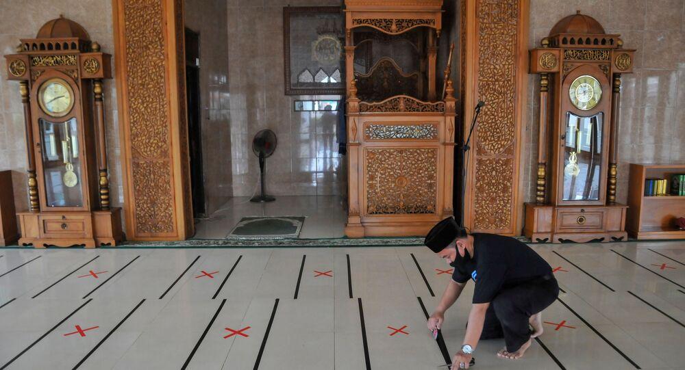 Dünyanın en yoğun Müslüman nüfusuna sahip Endonezya'da, Ramazan Bayramı yeni tip koronavirüs (Kovid-19) tedbirleri gölgesinde karşılandı.