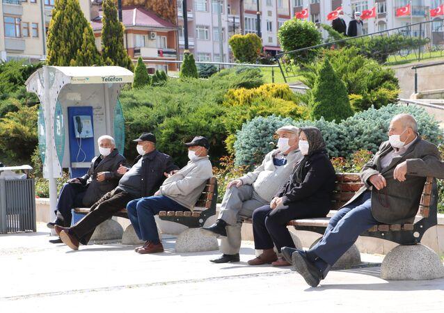 Sivas'ta koronavirüs (Covid-19) dolayısıyla uygulanan sokağa çıkma kısıtlamasını fırsat bilen 65 yaş üstü vatandaşlar, izinlerini banklarda oturarak ve boş kalan caddelerde yürüyerek değerlendirdiler.