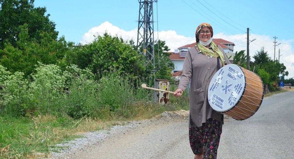 Kırklareli'nin Lüleburgaz ilçesine bağlı Ayvalı köyünün tek davulcusu olan Zuhal Erol bayramı müjdeledi. Eline tokmağını ve davulunu alan Erol, Benim amacım erkeklerin yaptığı bütün işlerde kadınların üstün olduğunu kanıtlamak dedi.