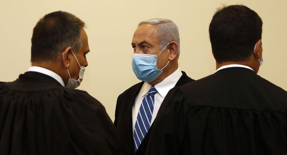 İsrail Başbakanı Benyamin Netanyahu'nun yolsuzluk, rüşvet ve görevi kötüye kullanma suçlamalarıyla bugün ilk kez hakim karşısına çıktığı davanın ilk duruşması sona erdi.