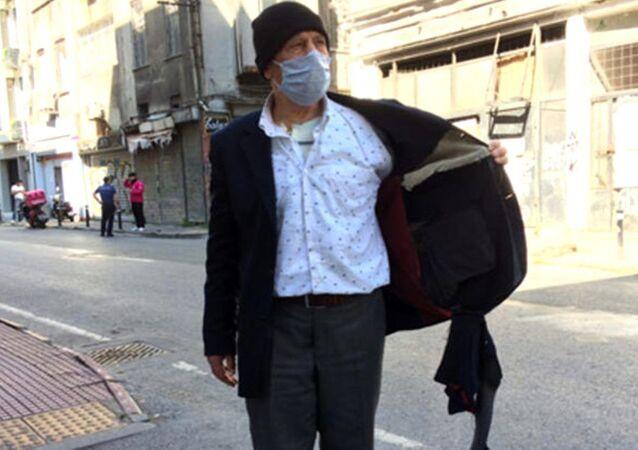 Beyoğlu'nda sabah kedilere mama vermek için dışarıya çıkan yaşlı adamın cebindeki zekat ve fitre paraları Fas uyruklu 3 kişi tarafından gasp edildi. Polis gaspçıları bir saatlik çalışma sonucu yakaladı.