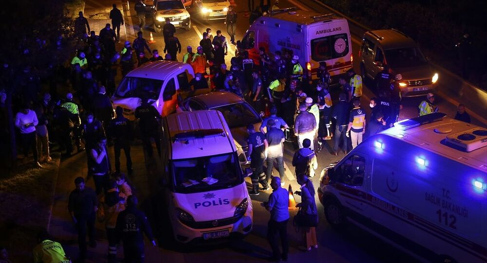 Ankara'da Çiftlik Kavşağı'ndaki polis uygulama noktasına hızla giren aracın çarptığı 5'i polis 7 kişi yaralandı