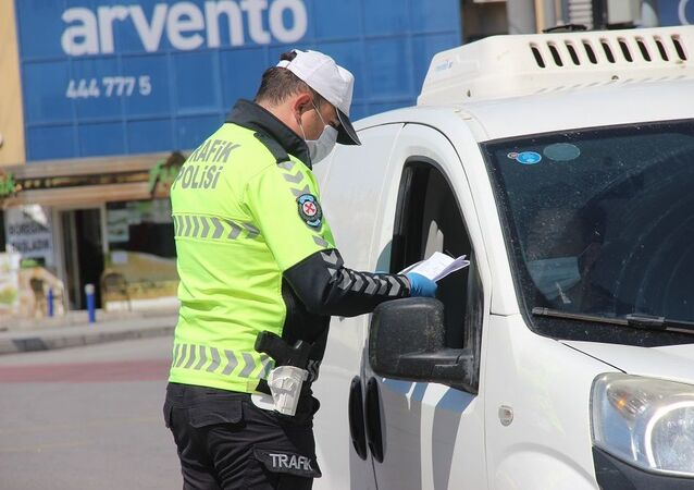 Koronavirüs tedbirleri kapsamında 4 gün sürecek olan sokağa çıkma kısıtlamasının ikinci gününde İzmir'de, kısıtlama kurallarına uymayan 863 kişiye işlem yapıldı.